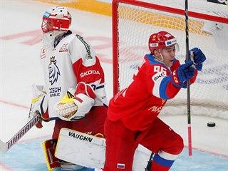 Ruský útočník Andrei Kuzmenko střílí gól brankáři Šimonu Hrubcovi v bráně...