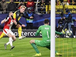 Záložník Dortmundu Julian Brandt střelou z úhlu překonává slávistického...