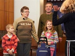 Rodina Dočekalových odjíždí na dovolenou, jejich byt mezitím projde kompletní...