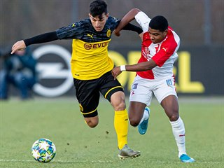 Momentka z utkání Youth League mezi Dortmundem a Slavií. V akci brazilský...