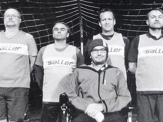 Kardiolog Jakub Rychlík na vozíku se svými kolegy, kteří se rozhodli mu pomoci.
