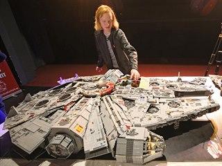 Do nejmenšího detailu propacovaný model kosmické lodi Millennium Falcon...