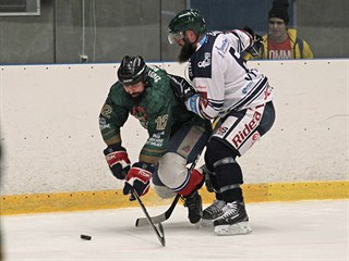 MÁM TĚ. S hokejkou soupeře zaklesnutou mezi bruslemi se vyjet z rohu kluziště...