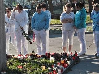 Střelba ve Fakultní nemocnici v Ostravě-Porubě. Jedno ze dvou pietních míst....