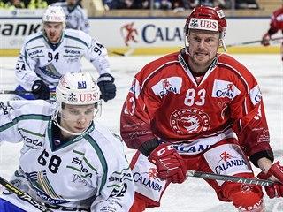 Martin Adamský (vpravo) z Třince sleduje, co provede s pukem Arťjom Pimenov z...
