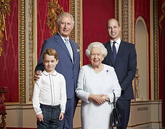 Princ George, princ Charles, královna Alžběta II. a princ William na portrétu k...