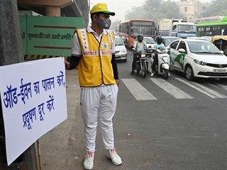 Respektujte zákaz vyjíždění. Pomocník místních úřadů v Novém Dillí upozorňuje v...