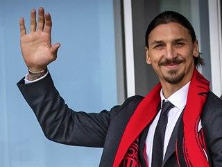 Zlatan Ibrahimovic mává fanouškům AC Milán.
