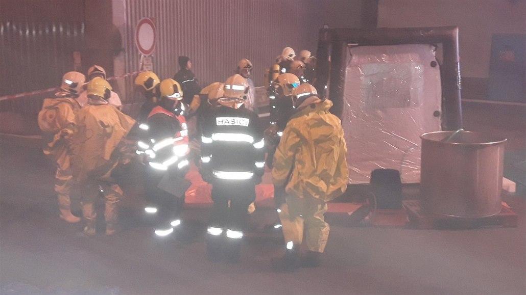 Na Tachovsku unikly z poškozené nádrže stovky litrů kyseliny dusičné