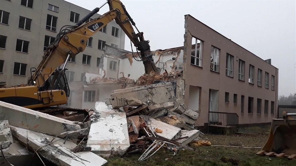 Šedesátitunový bourací stroj se zakousl do chátrající budovy v Proboštově