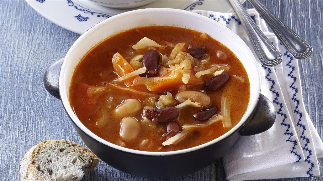 Fazolová, mrkvová i celerová s pestem. Lahodné zimní polévky vás zahřejí