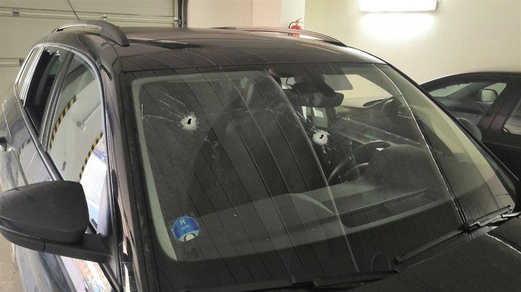 Řidič prostřílel za jízdy jinému auto, je zadržený za pokus o vraždu