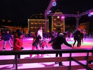 Umělá ledová plocha na chebském náměstí před Špalíčkem bude letos fungovat do...