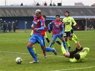 Plzeňský Jean-David Beauguel (vlevo) vede míč v zápase proti Ústí nad Labem.