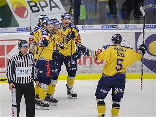 Hokejisté Zlína se radují z gólu proti Spartě.