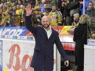 Bývalý hráč Zlína Petr Leška zdraví fanoušky před zápasem proti Spartě.