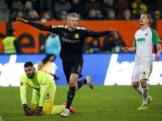 Braut Haaland z Dortmundu slaví gól do sítě Augsburgu.