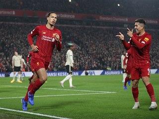 Virgil van Dijk (uprostřed) vstřelil první gól Liverpoolu v utkání proti...