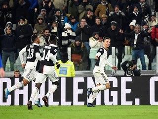 Cristiano Ronaldo (uprostřed) z Juventusu se raduje se spoluhráči ze...