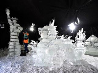 Ledové sochy Svobody a draka na na festivalu s názvem Ledové Pustevny. Potrvá...