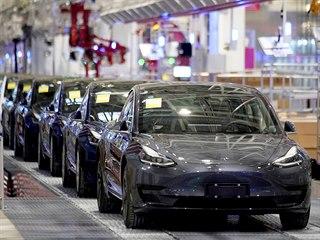 Automobily Tesla Model 3 sjíždějí z výrobního pásu Muskovy nové automobilky v...