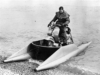 Francouzský motocyklista Georges Monneret po přistání u břehu v anglickém...