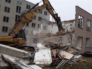 Budova, kde měla být věznice, jde k zemi. Nenašla využití