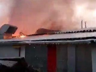 Hasiči bojují s požárem haly v Holasicích na Brněnsku