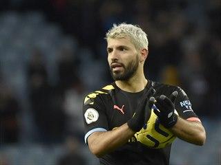 Sergio Agüero z Manchesteru City s míčem, kterým vstřelil proti Aston Ville...