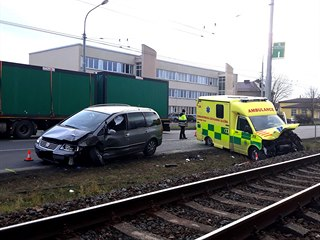 Sanitka převážející těžce zraněnou ženu se po cestě do nemocnice střetla s...