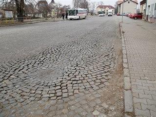Silnice z žulových kostek u vlakového nádraží ve Skalici nad Svitavou na...