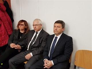 Ústecký exprimátor Vít Mandík a bývalý radní Josef Macík (uprostřed) před...