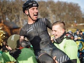 Emil Hekele slaví český cyklokrosový titul.