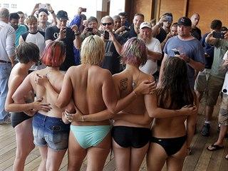 Aktivistky hnutí Free the Nipple během protestu na pláži Hampton Beach v...