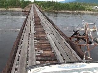 A ještě jeden záběr na nebezpečný most přes řeku Vitim v Rusku.