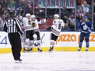 Gólová radost hokejistů Chicaga, vpravo je Dominik Kubalík.