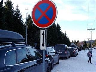 Auta parkující v zákazu komplikují průjezd záchranářů přes sedlo na Šerlichu...