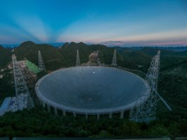Teleskop FAST (Five-hundred-meter Aperture Spherical Telescope) má 500 metrů v...