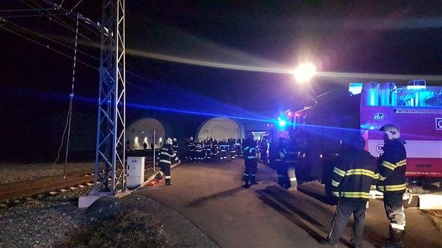 V železničním tunelu u Ejpovic hořel v úterý večer jeden z vagónů rychlíku, který mířil z Plzně do Prahy.