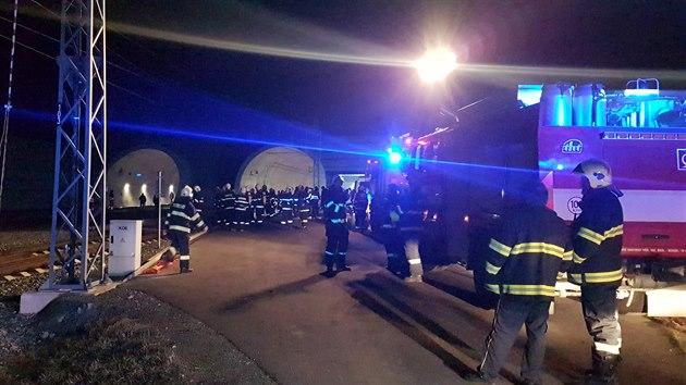 Desítky hasičů vyjížděly v úterý večer k požáru vagonu rychlíku jedoucího v ejpovickém tunelu u Plzně. (14. 1. 2020)
