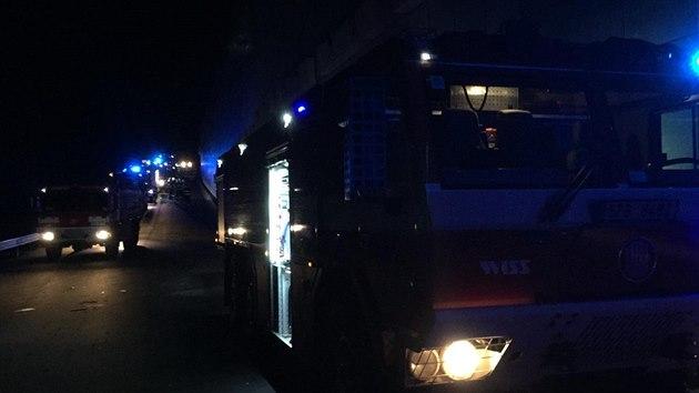 Několik hasičských jednotek vyjíždělo v úterý večer do ejpovického tunelu u Plzně, kde hořely dva vagony rychlíku.
