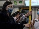 Cestující v hongkongském metru s nasazenými respiračními rouškami. (24. ledna...