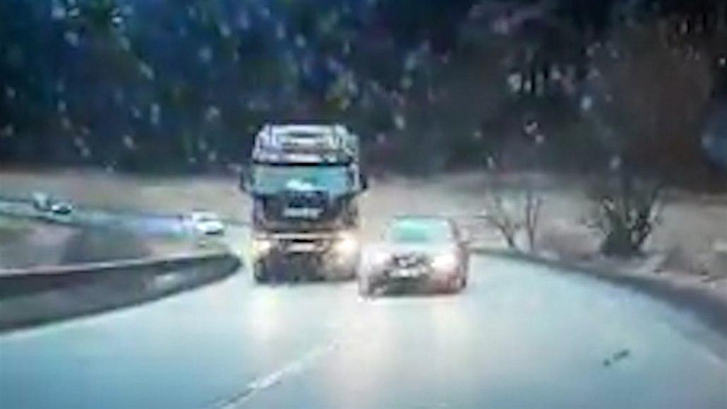 Nebezpečné předjíždění v zatáčce zachraňovala řidička v protisměru
