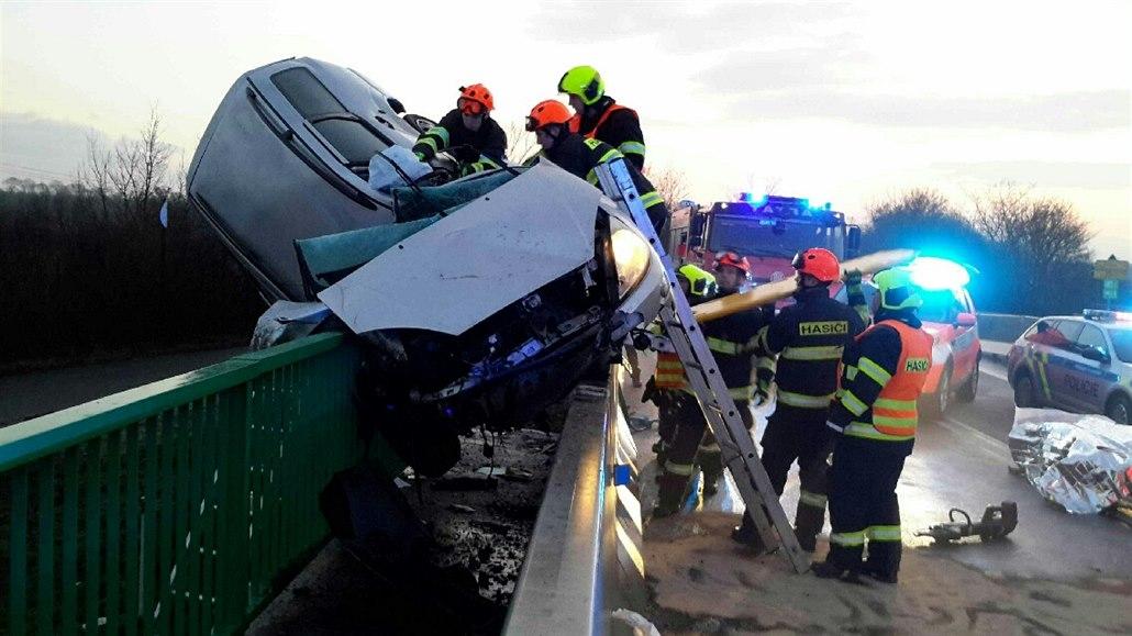 Mladý řidič jel nepozorně a příliš rychle, auto téměř přepůlil o zábradlí