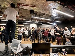 Skupina 60 programátorů začala v rámci veřejného hackathonu pracovat na novém...