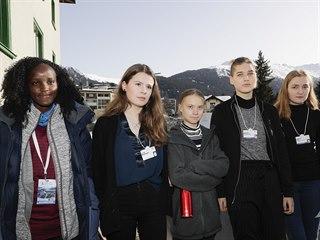 Skupina klimatických aktivistek v Davosu. Uganďanka Vanessa Nakateová stojí...