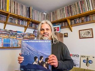 Sběratel Stanislav Fuka ukazuje raritní desku skotské kapely N.S.U., která...