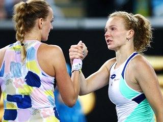 Kateřina Siniaková (vpravo) gratuluje po prohraném 1. kole Australian Open...