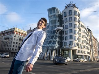 Turisté u Tančícího domu v Praze