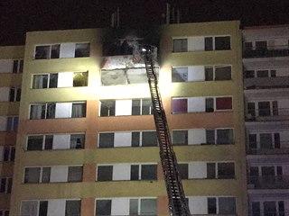 Při požáru panelového domu v Kladně v noci zemřel jeden člověk (25. ledna 2020).